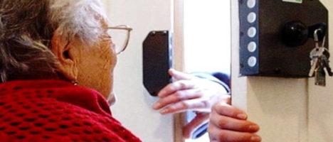 """Coronavirus: finti operatori della Croce Rossa derubano anziani e disabili con """"la scusa del tampone"""""""